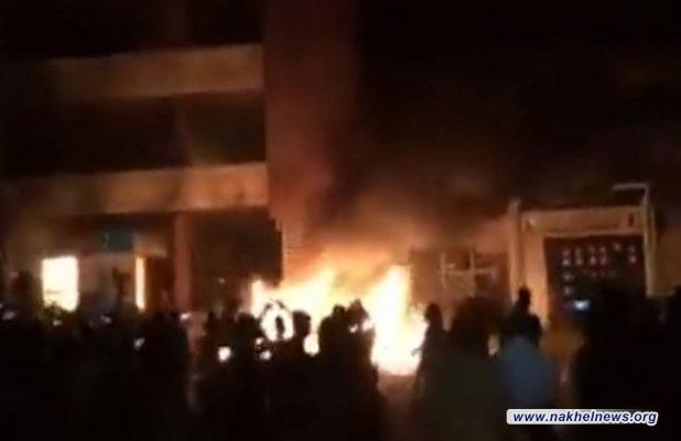 محتجون غاضبون يحرقون مقرات الاحزب في شمال العراق